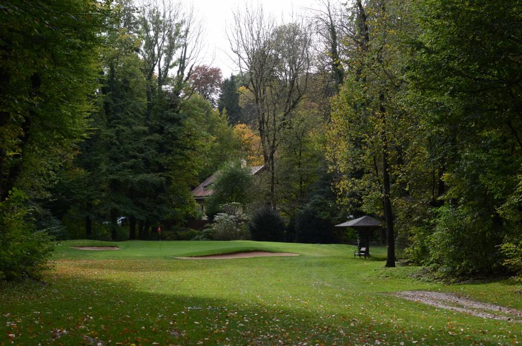 Münchener Golf Club Thalkirchen: Die zwar nicht langen, aber eher engen Spielbahnen erfordern ein präzises Spiel. Slicer und Hooker könnten hier sonst ihr persönliches Waterloo erleben.