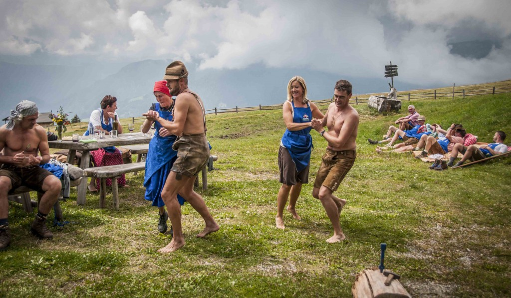 Feldthurner Bergwoche: Nach dem  Mittagessen wird getanzt, Foto: Annelies Leitner