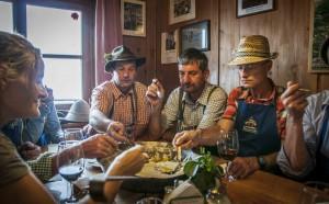 Nach getaner Arbeit schmeckt das Essen aus  der gemeinsamen Muspfanne, Foto: Annelies  Leitner