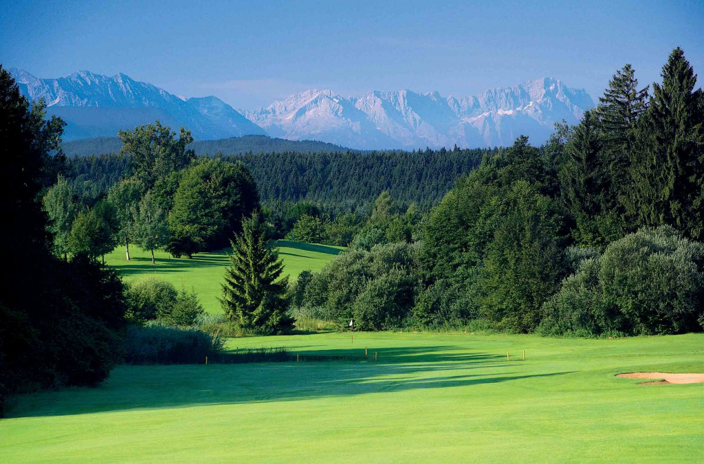 Umrahmt von den Alpen, dem Starnberger See und den Osterseen: Die Golfanlage Iffeldorf