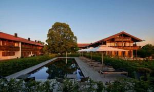 Das Hotel Margarethenhof verfügt über 35 Suiten. Im Garten lädt ein Außenpool zum Relaxen ein.