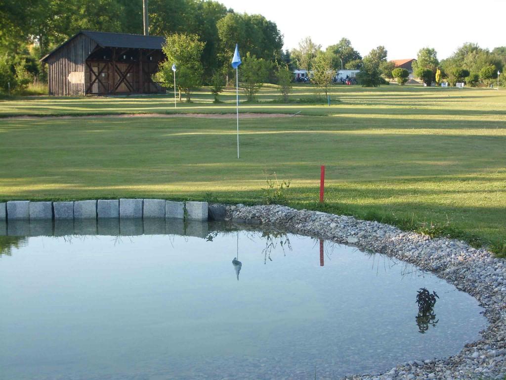 Der Golfplatz ist auch für Anfänger und Mitglieder ohne Platzreife zu spielen, sofern die grundlegenden Regeln des Golfspiels und die Platzordnung beachtet werden.