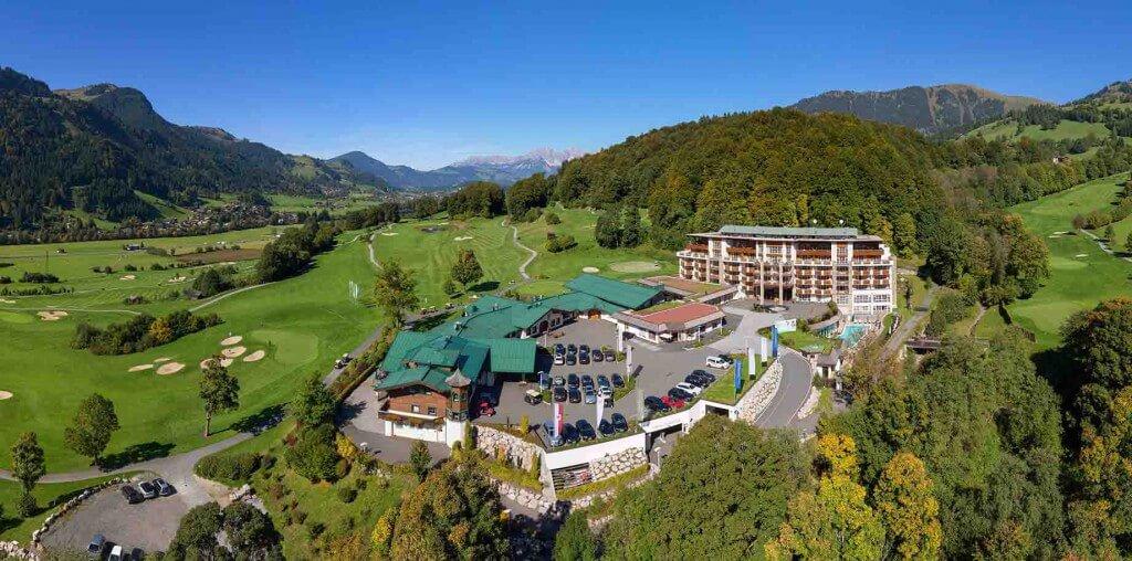 Inmitten des Golfplatzes Eichenheim liegt das Fünf-Sterne-Hotel Grand Tirolia Kitzbühel. Foto: Simon Oberleitner