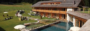innenhof_mit_pool_im_sommer_tirler_dolomites_living_hotel