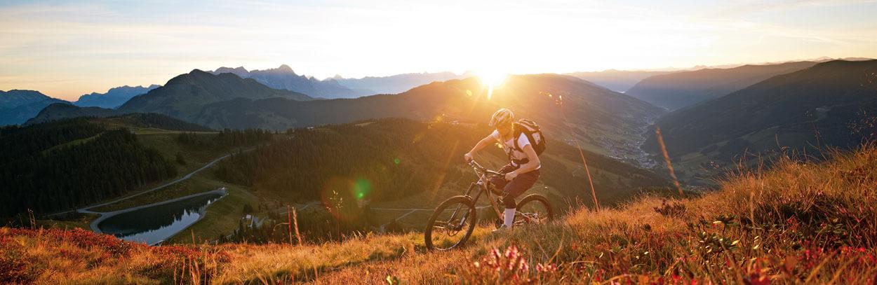 mountainbiken_bei_sonnenuntergang_c_daniel_roos_hotel_der_loewe