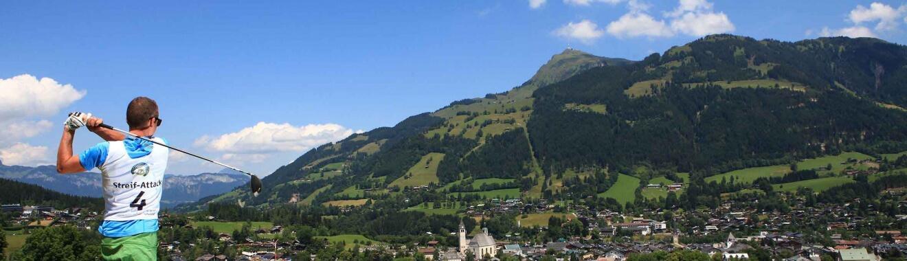 Bei der bereits legendären Streif-Attack liegt der Abschlag von Loch 12 direkt oberhalb des Zielauslaufs der Hahnenkamm-Abfahrt beim Rasmushof in Kitzbühel. Foto: pro.media