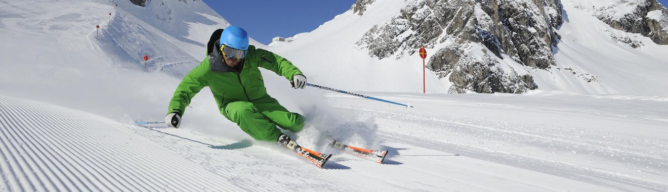 mann_bei_abfahrt_vor_bergpanorama_ski_arlberg